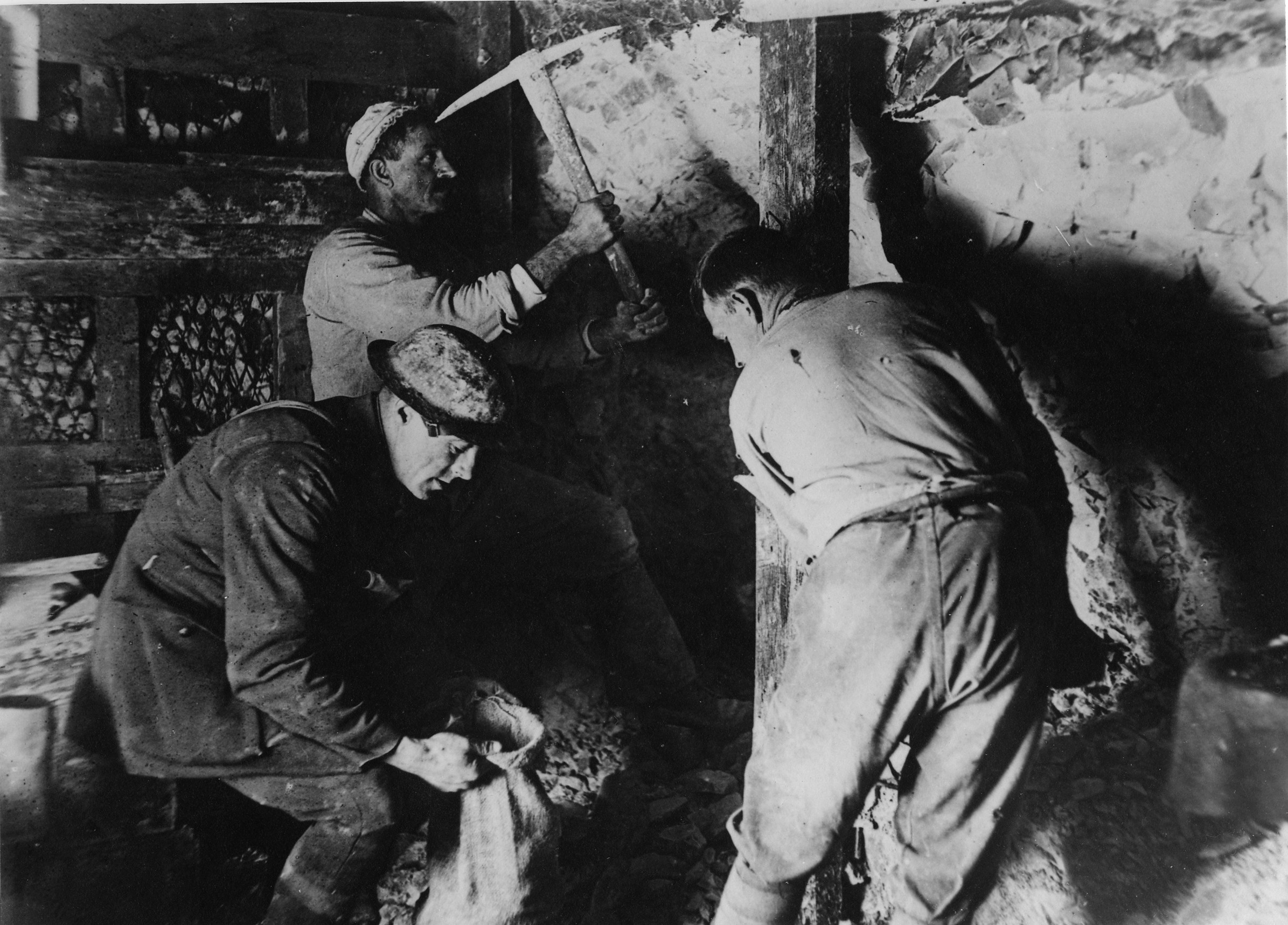 Men of the 3rd Australian Company excavating a chamber in the chalk in the Hulluch subway system.
