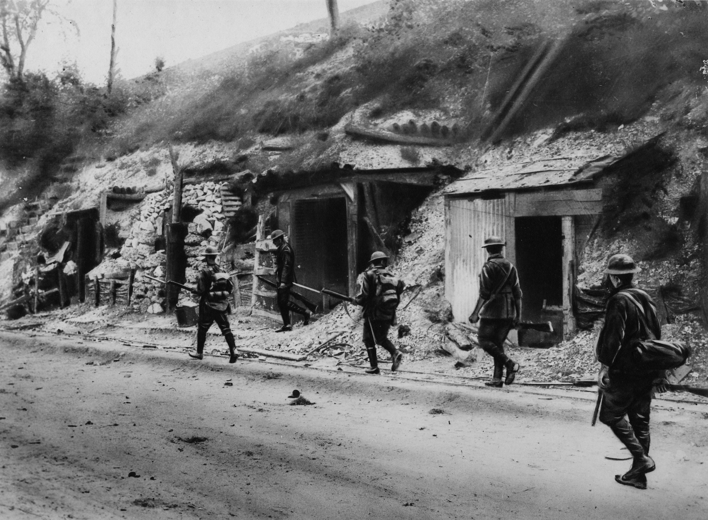 A patrol of No. 5 Platoon of B Company, 9th Battalion, in charge of Lieutenant King, searching dugouts during a daylight advance of A and B Companies near Cappy.