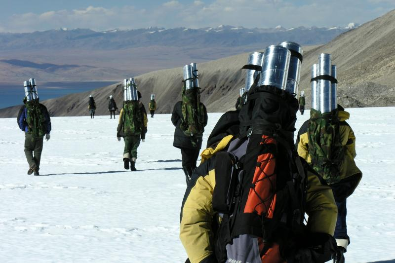 Researchers carry ice cores from Dasuopu.